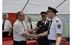 Župan predal ključe skrbniku vozila.