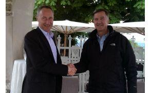 Od leve: Jošt Dolničar (predsednik VZS in organizacijskega odbora) in Matt Smith (izvršni direktor Mednarodne veslaške zveze FISA)