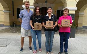 Predstavnik podjetja Naturavit, Martin Leban, nagrajenke Laura Drašček, Eleonora Cussini in Agica Trobec