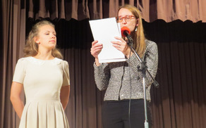 Anastasia Carrai - zmagovalka med srednješolci na lanskem natečaju. Njeno pismo prebira ddr. Mira Delavec Touhami (foto Media butik).
