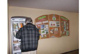 Tabla z novostmi in hladilnik Vzemi in daruj knjigo.