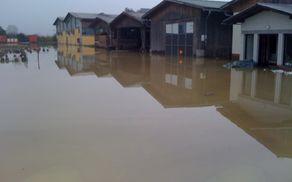 Zemljišče in objekti podjetja Hoja so pogosto pod vodo. Leta 2012 je voda ponekod segala celo 60 cm visoko.