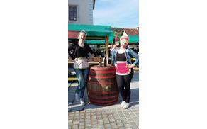 Julija in Anja na vinogradniški stojnici.