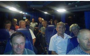 Člani društva na avtobusu.