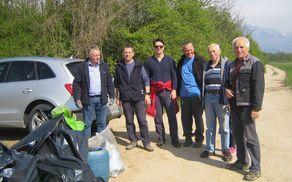 Skupina, ki je v okviru skupne čistilne akcije Občine Mengeš čistila na Drnovem