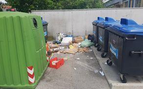 Fotografija nepravilno odločenih odpadkov na ekološkem otoku ob Zdravstveni enoti Mengeš