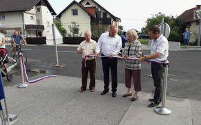 Pri rezanju traku sta županu Občine Mengeš, Francu Jeriču, pomagala starejša občana gospa in gospod Lukan
