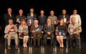 Skupinska fotografija nagrajenk in nagrajencev na Občinskem prazniku Občine Mengeš