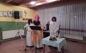 Škof blagoslavlja mošt, kateri se spremeni v vino