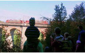 Pohodniki na ogledu Jelenovega viadukta, fotografija: B. Troha