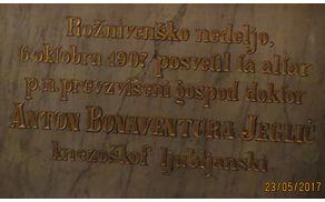 Na plošči za oltarjem je vklesan datum 6. oktober 1907.