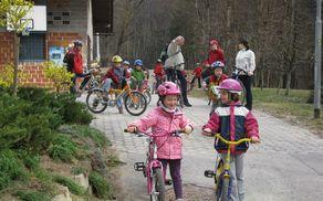 SLO kolesari po varnih poteh na Brcih.
