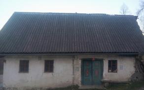 Primer stare Slovenske hiše, kateri sleme poteka točno sever-jug, razmerje je v zlaterm rezu, na vratih sta vgravirana osnovna simbola za življenje in prostor itd.