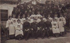 Spomin 25 letnice gasilskega društva v Vipavi leta  l902. Spredaj sedi tretji z leve grof Karel Lanthieri.