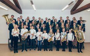 Nove godbeniške uniforme, ki jih je bil orkester deležen ob veliki podpori podjetja Škrlj d.o.o. (Foto: Tina Velikonja)
