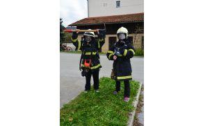 Urban in Špela v skoraj popolni zaščitni gasilski opremi