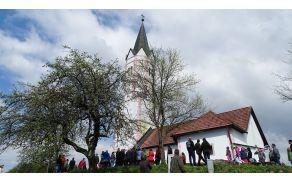 Pogled na prelepo cerkev sv. Jurija na Šentjurskem hribu nad Tržiščem (foto:Milena Knez)