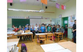 Učenci 1. razreda med prepevanjem pesmice