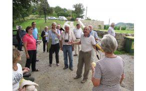 Franci Zidar obiskovalcem z veseljem razlaga, kako poteka obnova gradu.