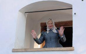 Na stopnišču obnovljene kašče nas je pozdravila Anka Grom v oblačilu iz 19. stoletja