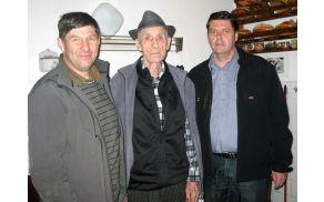 Pekovčov Andrejc s predsednikom KS Srednja vas Mirkom Jeršičem in županom Francem Kramarjem. Foto: Občina Bohinj