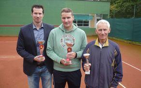 Na sredini Jurij Janež (1. mesto), na njegovi desni Rok Janež (2. mesto) in levi Brane Leskovec (3. mesto).