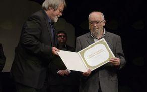 Župan izroča priznanje častnemu občanu Jožetu Rodetu