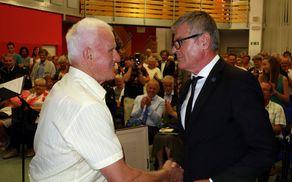 Frančišek Marijan Drašler je plaketo častnega občana prejel ob stoječih ovacijah množice.