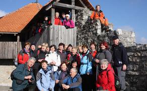 To ni posadka branilcev pri cerkvi sv. Urha, ampak skupina razigranih Sončkov (foto Sonja Zalar Bizjak)