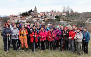 Panorama gručaste vasi Pomjan na slemenu Pomjanskega hriba in gruča Sončkov (foto Tatjana Rodošek)