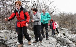 """Golokratno jamo smo obkrožili po stezici, vmes pa """"premagali"""" tudi nekaj škrapelj (foto Tatjana Rodošek)"""