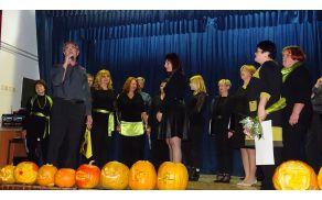 Pevski zbor iz Jevnice in voditeljica Milena Knez. V ospredju izrezljane buče, ki so nastale istega dne na delavnici. (foto: Stane Markovič)