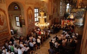 Cerkev sv. Lenarta v Novi Cerkvi, polna pevcev in obiskovalcev ob dekanijskem srečanju cerkvenih pevskih zborov