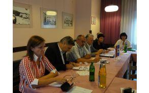 Župan Andrej Maffi s sogovorniki o tem, kaj lahko ponudijo ustanove. Nataša Bucik Ozebek