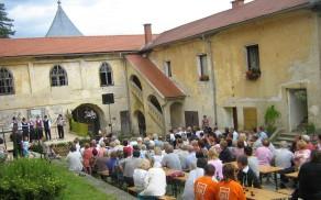 Grajsko dvorišče, polno obiskovalcev