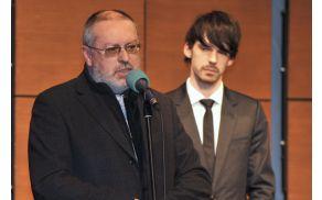 Županov nagovor ob pričetku revije, v ozadju povezovalec Nejc Cijan Garlatti. Foto: Arhiv JSKD OI Nova Gorica