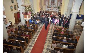 ...konca božičnega koncerta ni brez skupne pesmi Sveta noč, ki bo čez štiri leta slavila 200-letnico obstoja. (foto: Nik Pangos, študent VSŠ Sežana)
