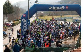 """del množice kolesarjev pred štartom pri """"kampotu"""" - Foto: Tomaž Povodnik"""