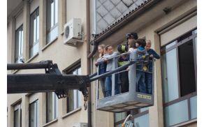 Gasilci so učence iz prvega nadstropja spuščali z dvigalom. Foto: Arhiv OŠ Kanal