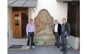 Slika škofov Ingenuina in Albuina, ki so jo hranili v cerkvi na Koroški Beli, bo odpotovala na Blejski grad. Na fotografiji: svetnik občine Bled Janez Brence, župan Janez Fajfar, ki je sliko našel in svetnik Srečo Vernig.