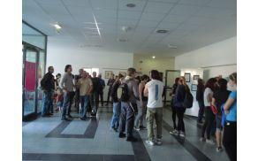 Obiskovalci pri ogledu likovnih del