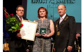 V imenu društva je srebrni vojniški grb 2014 prevzela predsednica Marija Žerjav.