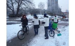 Akcija deljenja toplega čaja kolesarjem (foto: Facebook Ljubljanska kolesarske mreža).