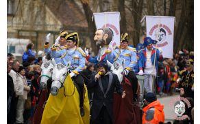 Na čelu pustne povorke vranski pustni generali Vranarji pod budnim očesom pustnega župana