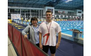 Aljaž se s trenerko Vero Pandža veseli dveh novih bronastih odličij.
