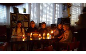 Vsi kotički so bili zanimivi in posebni. Tudi branje ob svečah. (Foto: starši udeležencev)