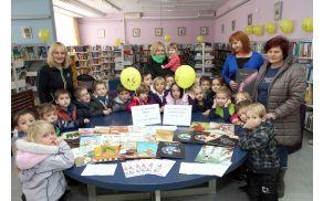 Irena Štusej, avtorica slikanice Nikolika, s skupino otrok iz žalskega vrtca