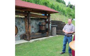 Franci Bezovšek je ponosen na obnovljen vinograd in staro obnovljeno prešo.