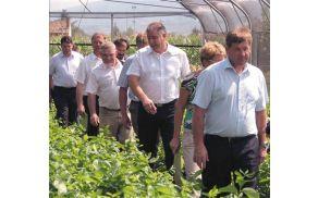 Skupaj z ministrom si je posledice suše ogledal tudi naš župan Milan Turk. (vir: http://www.primorske.si)