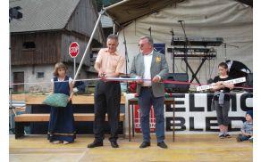 Predsednik KS Bojan Brglez in župan Janez Fajfar sta prerezala trak in odprla vaško jedro.